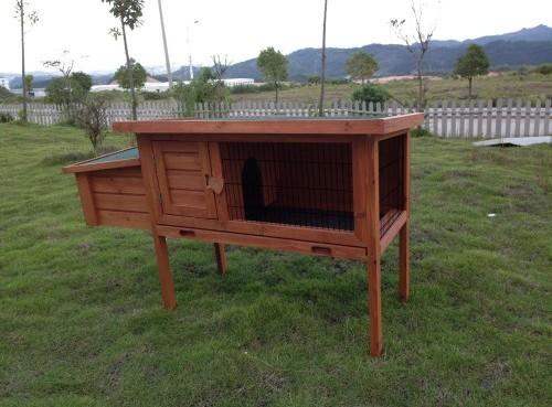 Un clapier simple en bois sur pieds avec dortoir sur le côté pour accueillir un rongeur.